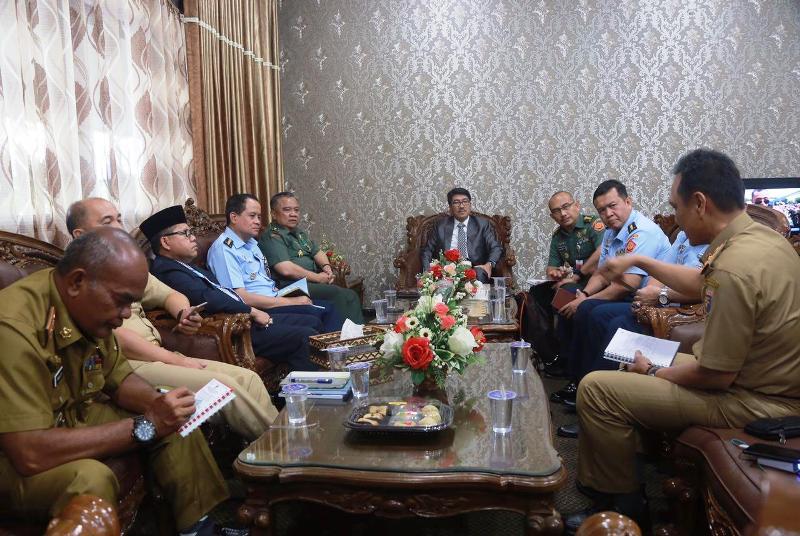 Plt. Sekda Provinsi Lampung Hamartoni Ahadist saat menerima audiensi dari Universitas Pertahanan (Unhan) di Ruang Rapat Sekda, Senin 15 Januari 2018.