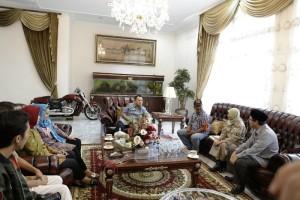 Gubernur Lampung M.Ridho Ficardo saat menerima Komisi Pemilihan Umum (KPU) Provinsi Lampung bersama Petugas Pemutakhiran Data Pemilih (PPDP) di rumah dinasnya, Sabtu 20 Januari 2018.