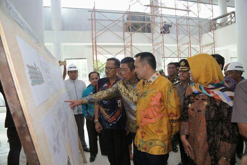 Gubernur Lampung Muhammad Ridho Ficardo di lokasi pembangunan Kompleks Perkantoran Pemerintahan Daerah Kabupaten Pesisir barat seluas 11 Hektare yang berlokasi di Krui, Pesisir Barat.