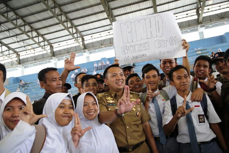 Gubernur Ridho dengan para siswa-siswi di GOR Way Handak Lampung Selatan, Senin 29 Januari 2018.