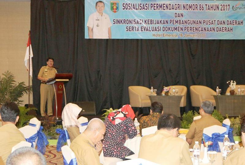 Plt. Sekdaprov Lampung Hamartoni Ahadis, dalam acara Sosialisasi Permendagri Nomor 86 tahun 2017, di Hotel Emersia, Selasa 16 Januari 2018.