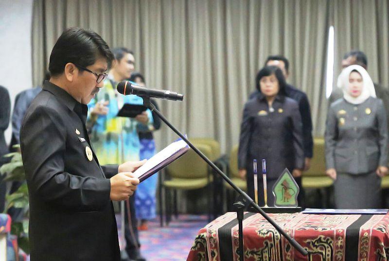 Plt. Sekdaprov Hamartoni Ahadis saat mewakili Gubernur melantik dan mengambil sumpah jabatan ke-132 pejabat fungsional , Jumat 26 Januari 2018 di Balai Keratun.
