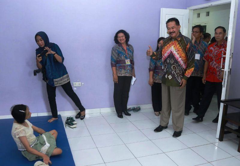 Asisten Pemerintahan dan Kesra Provinsi Lampung, Hery Suliyanto saat berada do Gedung Yayasan Sosial Pelita Kasih, di Kecamatan Sukabumi Bandar Lampung, Sabtu 20 Januari 2018.