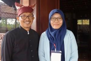 Martina Puspita (25) guru Bahasa Indonesia di SMA Katolik Hikmah Mandala Banyuwangi dan Romo Tiburtius Catur Wibawa, kepala sekolah SMA Katolik Hikmah Mandala(KOMPAS.COM/Ira Rachmawati)