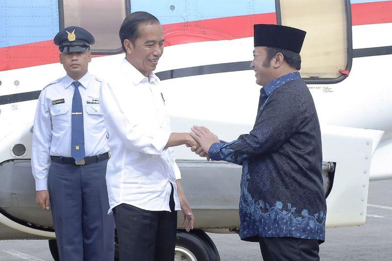 Presiden Jokowi bersama Bupati Lampung Selatan Zainuddin Hasan.