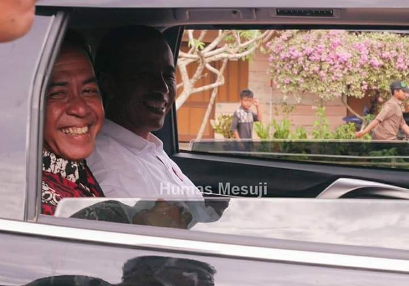 Presiden Joko Widodo bersama Bupati Mesuji Khamamik.