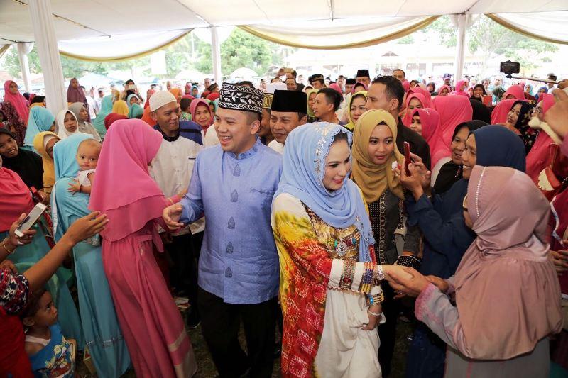 Gubernur Lampung Muhammad Ridho Ficardo dan Aprilani Yustin Ridho Ficardo di Lapangan Sri Tanjung, Desa Jati Baru, Kecamatan Tanjung Bintang, Kabupaten Lampung Selatan, Jumat 19 Januari 2018.
