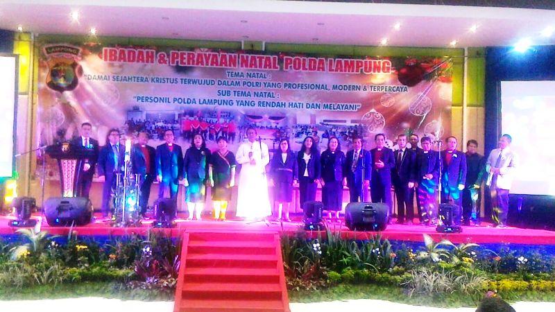 Ketua Komisi Kerawam Keuskupan Tanjungkarang RD Philipus Suroyo bersama para Pendeta pada Perayaan Natal Bersama Polda Lampung di Gedung Serba Guna Pahoman, Bandar Lampung, Rabu 17 Januari 2018.