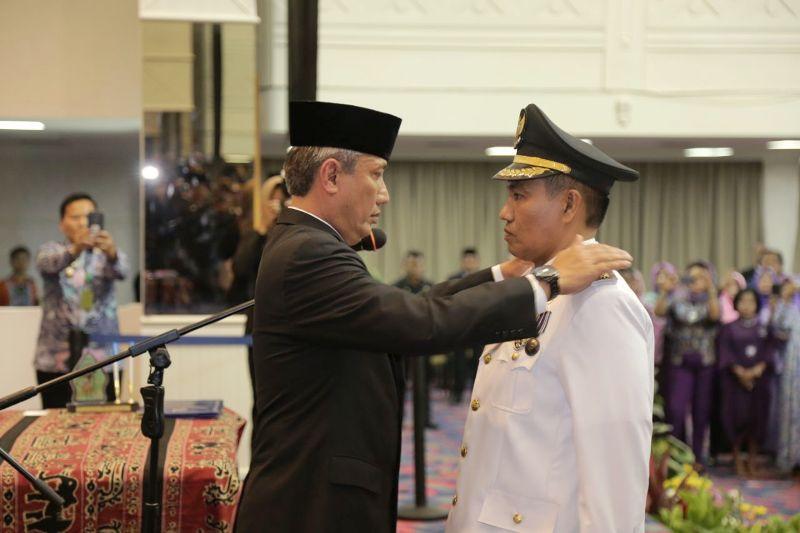 Penjabat Sementara (Pjs) Gubernur Lampung Didik Suprayitno saat melantik Zainal Abidin sebagai Penjabat (Pj) Bupati Tanggumus.