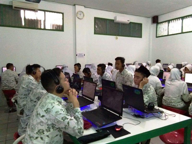 simulasi Ujian Nasional Berbasis Komputer (UNBK) yang dilaksanakan oleh SMA Al-Azhar 3 Bandar Lampung, Rabu 14 Februari 2018.