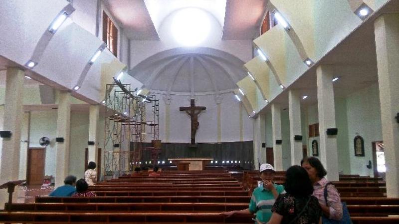 Ruangan bagian dalam bangunan induk Gereja Santa Lidwina di Sleman, Yogyakarta, yang dipasangi ventilasi di bagian dinding bawah dan atas, Selasa, 13 Februari 2018. Tempo/Pito Agustin Rudiana
