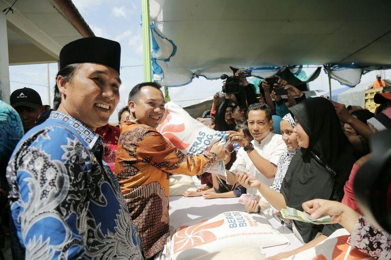Gubernur Lampung Muhammad Ridho Ficardo saat operasi beras di Lapangan Persada, Unit II, Menggala, Kabupaten Tulang Bawang, Jumat 2 Februari 2018.