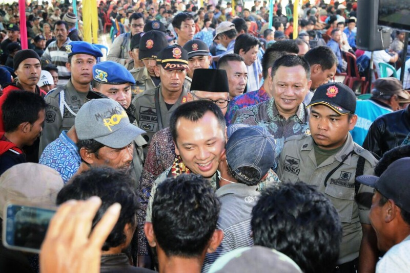 Gubernur Lampung M. Ridho Ficardo pada acara Parade Perhutanan Sosial dan Pemberian Sertifikat PTSL di lapangan Pemerintah Kabupaten Tanggamus, Kamis 8 Februari 2018.