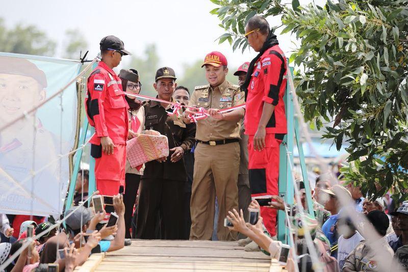 Gubernur Lampung Muhammad Ridho Ficardo kembali meresmikan jembatan gantung darurat untuk masyarakat di Desa Braja Emas, Way Jepara, Lampung Timur, Selasa 6 Februari 2018 siang.