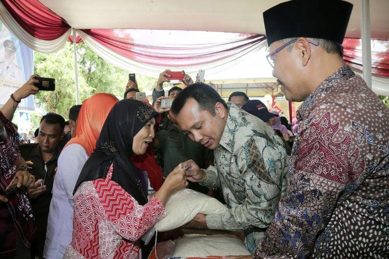 Gubernur Lampung Muhammad Ridho Ficardo dalam acara Parade Perhutanan Sosial Tanggamus Tahun 2018, yang dilaksanakan di Lapangan Pemerintah Kabupaten Tanggamus, Kamis 8 Februari 2018.