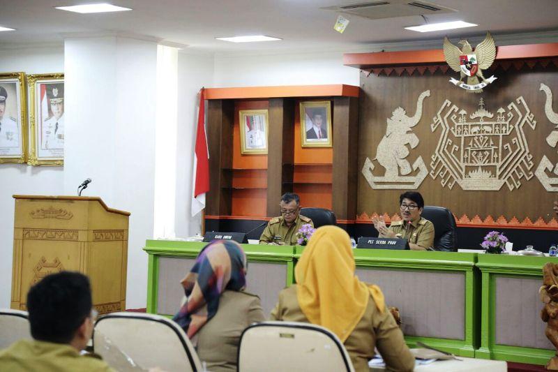 Plt. Sekretaris Daerah Provinsi Lampung Hamartoni Ahadis ketika memimpin rapat persiapan pelaksanaan Hari Jadi Ke-54 Provinsi Lampung, di Balai Keratun, Selasa 20 Februari 2018.