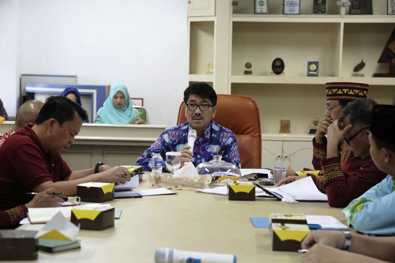 Plt. Sekda Provinsi Lampung Hamartoni Ahadis saat memimpin rapat persiapan menyambut 16 Duta Besar Negara Timur Tengah untuk Indonesia, yang rencananya akan mengunjungi Lampung 5 Maret 2018 mendatang.