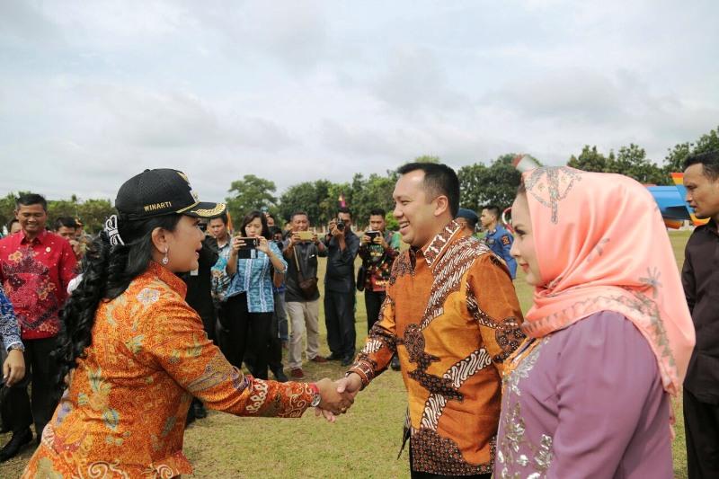 Bupati Tulang Bawang Winarti saat menyambut Gubernur Lampung Muhammad Ridho Ficardo dan Aprilani Yustin Ficardo saat melakukan kunjungan kerja ke Kabupaten Tulang Bawang, Jumat 2 Februari 2018.