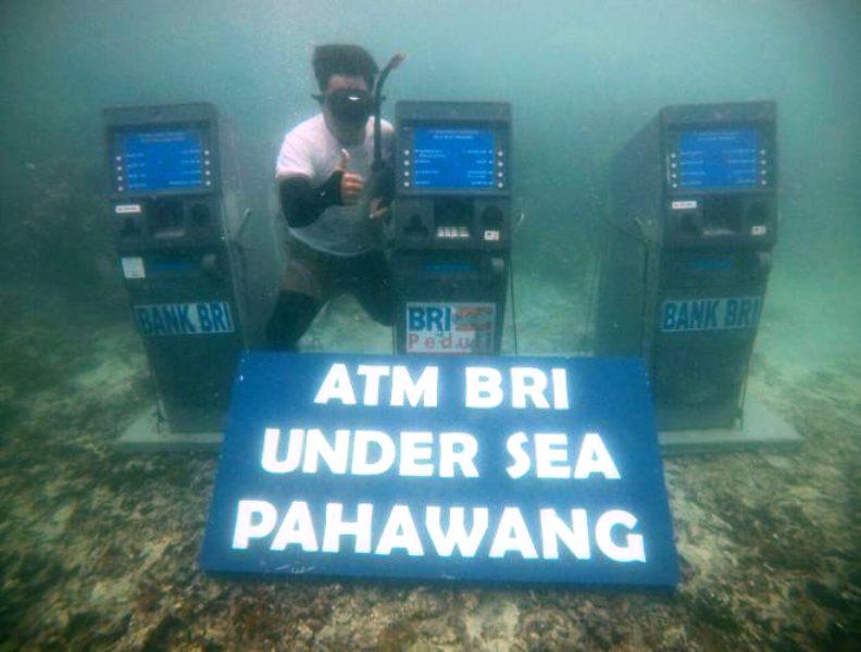 Bank Rakyat Indonesia(BRI) Kantor Wilayah Lampung & Bengkulu, menempatkan mesin setor tunai di dasar laut Pahawang, Pesawaran, Kamis 22 Februari 2018.