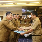 Gubernur Serahkan 4 SK Plt. Walikota dan Bupati yang Pemimpin Daerahnya Mencalokan Diri di Pilkada 2018