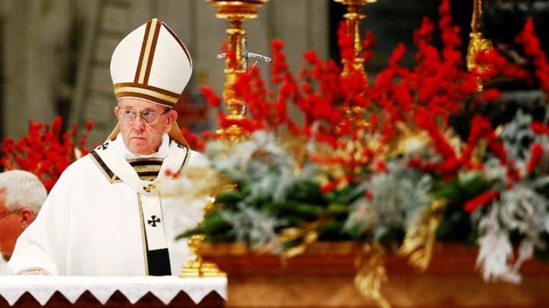Paus Fransiskus memimpin acara malam Misa Natal di St. Peter's Basilica, Vatican, 24 Desember 2017. REUTERS/Tony Gentile