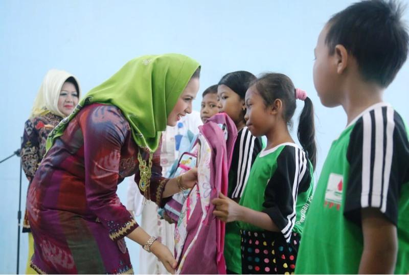 Aprilani Yustin juga menyerahkan cenderamata dan hadiah kepada anak-anak penderita Thalassemia di Ruang Perawatan Anak Alamanda RSUD Dr. H. Abdul Moeloek Provinsi Lampung Kamis,08 Februari 2018.