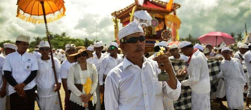 Umat Hindu Bali bersiap melakukan upacara Melasti di pantai Petitenget, Bali, Rabu (14/3). Jelang raya Nyepi, umat Hindu di Bali mulai melakukan rangkaian kegiatan atau upacara. (AFP Photo/Sonny Tumbelaka)