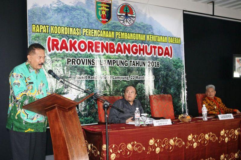 Asisten Pemerintahan dan Kesra Sekda Provinsi Lampung Hery Suliyanto saat membuka Rapat Koordinasi Perencanaan Pembangunan Kehutanan Daerah (Rakorenbanghutda) Provinsi Lampung tahun 2018, di Bukit Randu Hotel, Kamis 22 Maret 2018.