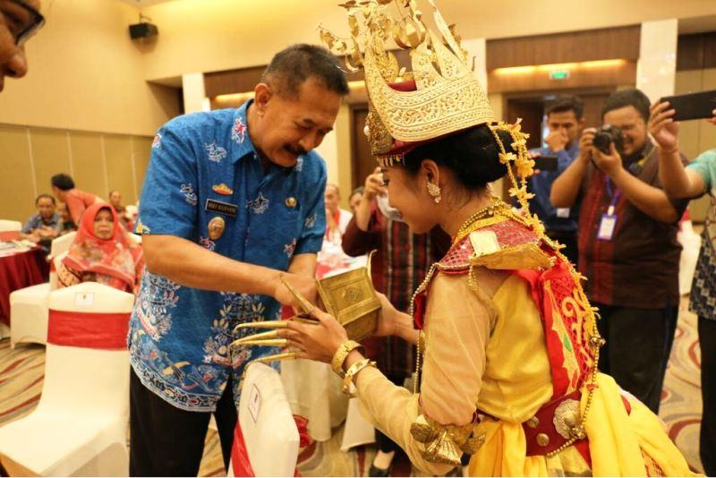 Asisten Bidang Pemerintah dan Kesra Setda Provinsi Lampung Hery Suliyanto saat membuka Rapat Koordinasi Persiapan Pelaksanaan KKN Kebangsaan Unila Jumat 23 Maret 2018 di Hotel Emersia Bandar Lampung.