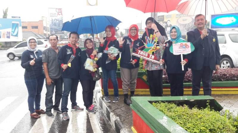 Jajaran Dinas Kesehatan Provinsi Lampung, PDPI, PPTI, SBH Gerakan Pramuka Kwarda Lampung dan IAKMI Lampung di Bundaran Tugu Adipura, Sabtu pagi 24 Maret 2018.