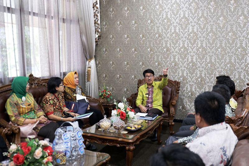 Plt. Sekretaris Daerah Provinsi Lampung Hamartoni Ahadis saat menerima audiensi dari PPN Wilayah Lampung, di Ruang Rapat Sekretaris Daerah, Jumat 9 Maret 2018.