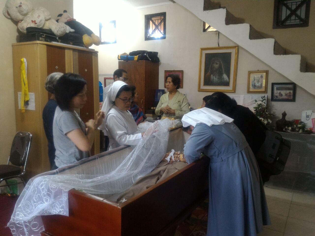 Jenazah P. Nyoman Giri disemayamkan di rumah duka, Perumahan Griya Abdi Negara Jl. Pangeran Tirtayasa, Sukabumi, Sukabumi, Bandar Lampung.