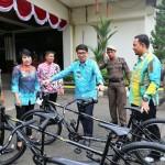Pj. Sekdaprov Hamartoni Ahadis Serahkan 4 Sepeda Tandem ke Satpol PP untuk Pengamanan PKOR