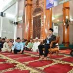 Muhammad Ridho Ficardo Salat Jumat bersama TGB di Masjid Al-Furqon