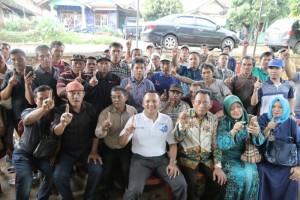 Muhammad Ridho Ficardo bersama warga Desa Cipadang, Kecamatan Gedong tataan, Pesawaran, Senin 26 Maret 2018.
