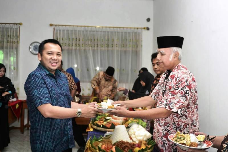 Muhammad Ridho Ficardo  bersama Ketua Umum Yayasan Swadhipa Eddy Sutrisno di SMK Swadipa 1, Kecamatan Natar, Lampung Selatan, Kamis 15 Maret 2018.