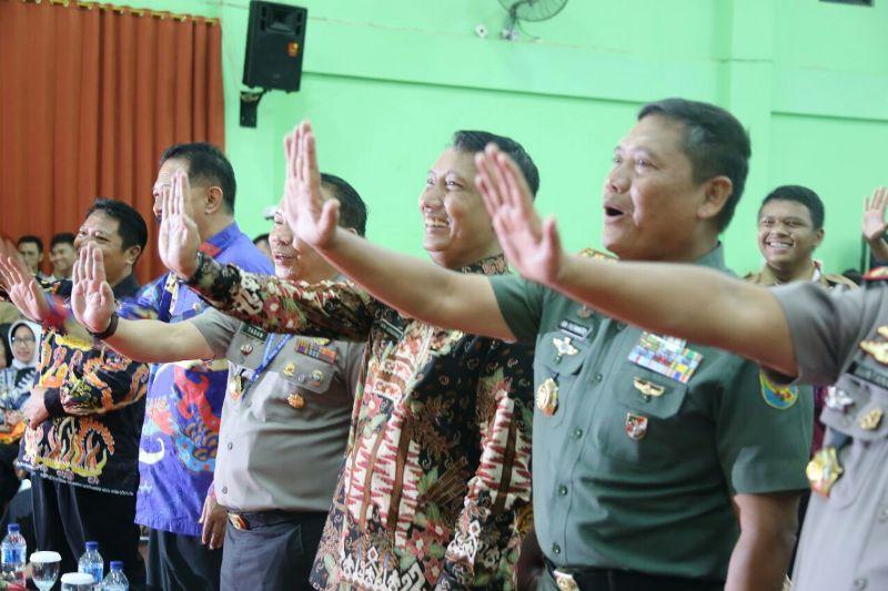 Rombongan Organisasi Aksi Solidaritas Era di depan para pelajar se- Provinsi Lampung, di Aula SMA Negeri 2 Bandar Lampung, Jumat 2 Maret 2018.