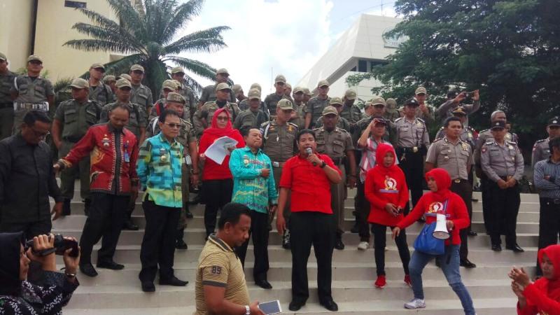 Kepala Dinas Sosial Provinsi Lampung Sumarju Saeni saat menerima pengunjuk rasa yang tergabung dalam Serikat Perjuangan Rakyat Indonesia (SPRI), Kamis 8 Maret 2018.