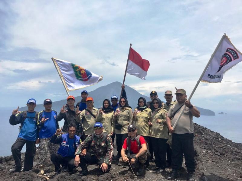 Taruna Siaga Bencana (Tagana) yang tergabung dalam ekspedisi Gunung Anak Krakatau (GAK), di puncak Rabu 21 Maret 2018.