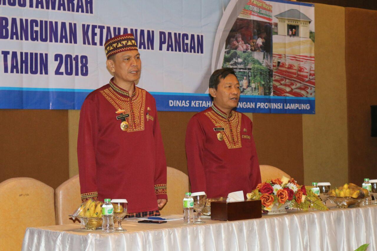 Plt. Asisten Pembangunan dan Kesra Taufik Hidayat dan Kadis Ketahanan Pangan Provinsi Lampung Kusnardi di Ballroom Hotel Arinas Kamis 29 Maret 2018.