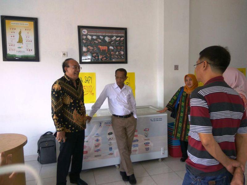 Kepala Badan Ketahanan Pangan Provinsi Lampung, Agung Hendriadi (kemeja putih), saat berkunjung ke TTI Daging yang berlokasi di Jalan Pangeran Antasari Bandar Lampung, Jumat (20/4).