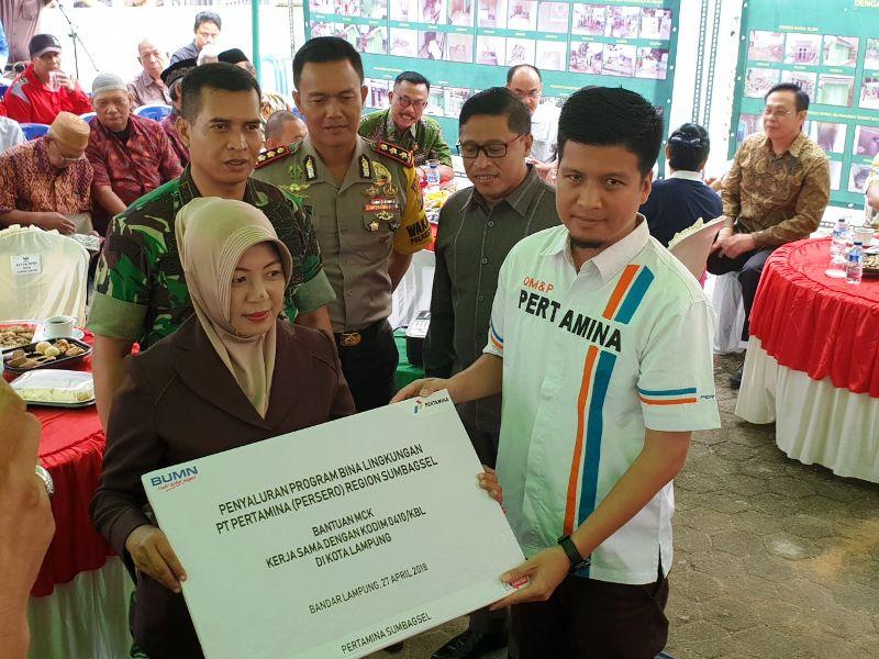 Operation Head Terminal BBM Panjang, Satria Firdaus didampingi Komandan Distrik Militer (Dandim) 0410 KBL, Letnan Kolonel Arm Didik Harmono saat menyerahkan bantuan MCK secara simbolis pada perwakilan warga di Masjid As-Salam, Bandar Lampung, Jumat 27 April 2018.
