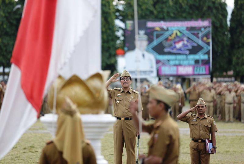 Pj. Sekretaris Daerah Provinsi Lampung Hamartoni Ahadis saat menjadi Pembina Upacara Mingguan di Lingkungan Pemerintah Provinsi Lampung, Senin 2 April 2018 di Lapangan Kopri Kantor Gubernur.