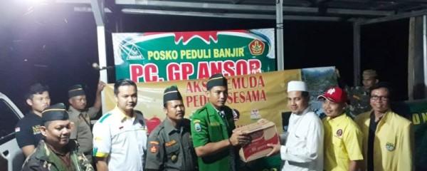 Ketua Pemuda Katolik Bandar Lampung Laurentius Wendy Santoso (dua dari kiri) saat menyerahkan bantuan pada korban terdampak di Kalianda Lampung Selatan, Selasa 10 April 2018.