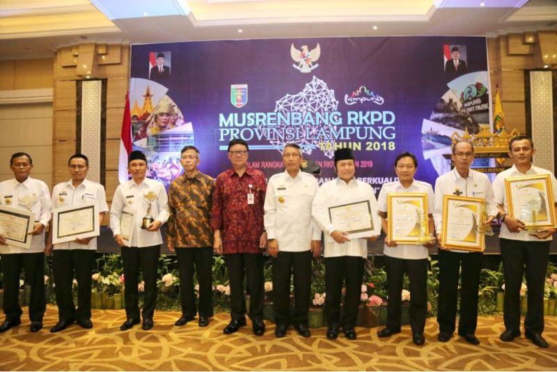 Para penerima penghargaan Penghargaan Pembangunan Daerah Sai Bumi Ruwa Jurai (PPD-SABURAI) Tahun 2018.