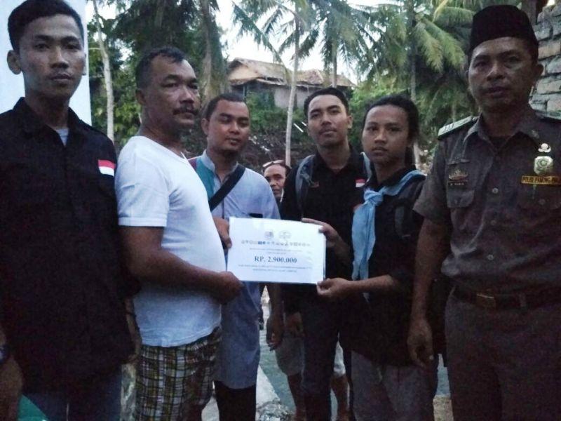 PKD Mapala Lampung saat memberikan bantuan pada korban banjir Kalianda, Lampung Selatan, Selasa, 10 April 2018.