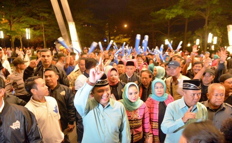600an massa pendukung Ridho Berbakti membanjiri halaman Hotel Novotel Bandar Lampung, tempat berlangsungnya debat kandidat Pilgub Lampung 2018, Sabtu 28 April 2018 malam.