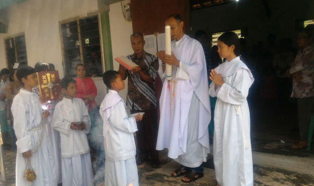 RD FX. Agus Triono Pimpin Misa Paskah di Gereja Santo Andreas Stasi Way Gelam, Paroki Sidomulyo, Lampung Selatan, Minggu 01 April 2018.