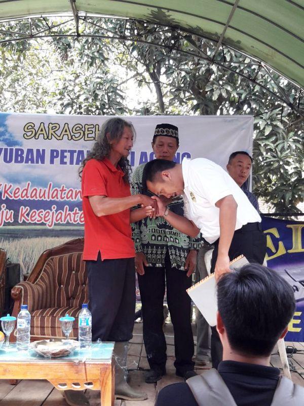 Calon Gubernur Lampung M Ridho Ficardo saat mencium tangan Surono Danu.