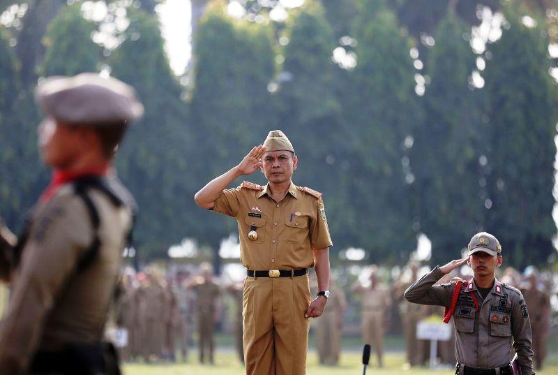 Taufik Hidayat saat menjadi Inspektur Upacara pada Upacara Mingguan di Lingkungan Pemprov Lampung, di Lapangan Korpri Komplek Kantor Gubernur Lampung, Senin 14 Mei 2018.